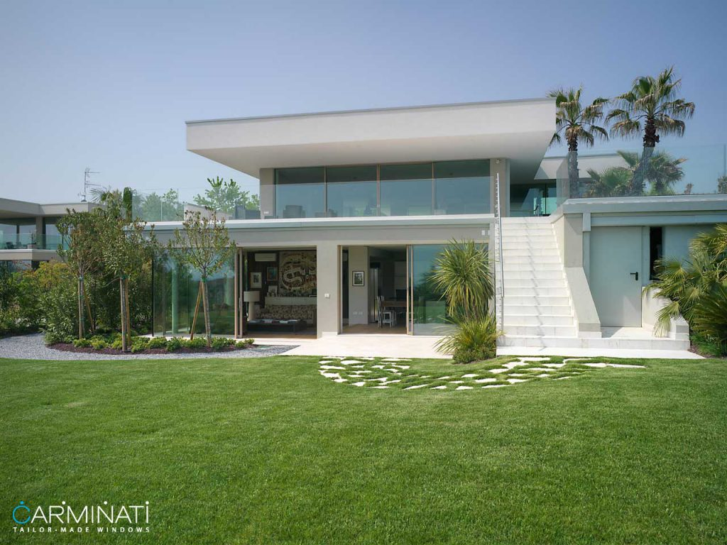 Minimal frame window and door systems by Carminati opens this villa to the beautiful views of Saint Tropez