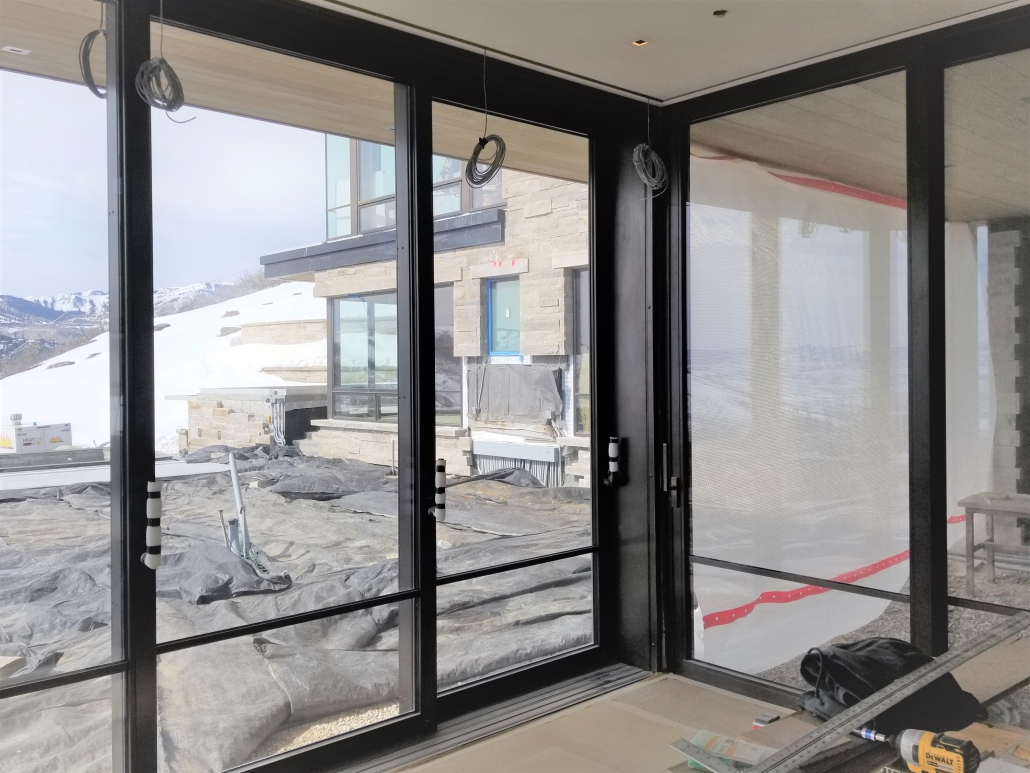 A custom lift slide steel door system opens the living space to the outdoor entertaining area.